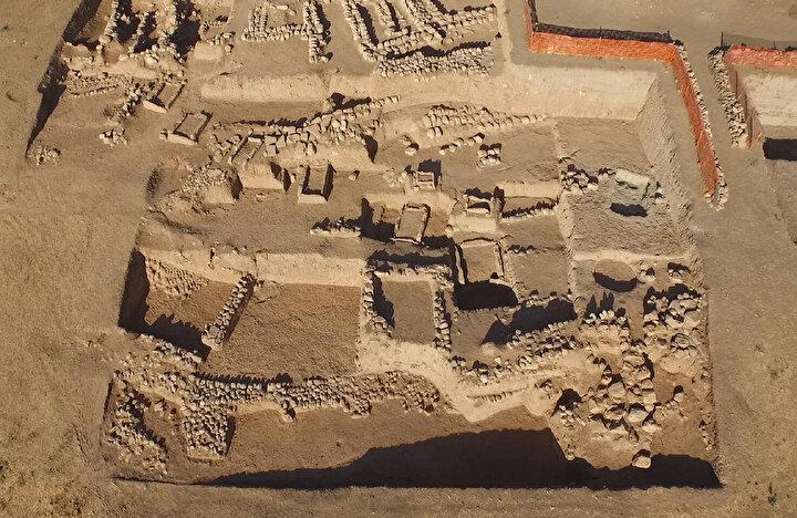 Kazı Başkanı ve Ege Üniversitesi Edebiyat Fakültesi Arkeoloji Bölümü Dr. Öğr. Üyesi Haluk Sağlamtimur, AA muhabirine yaptığı açıklamada, Ilısu Barajı ve HES Projesi kapsamında 2007 yılında başlayan kazılarda Mezopotamya tarihine ilişkin önemli verilere ulaşıldığını bildirdi.
