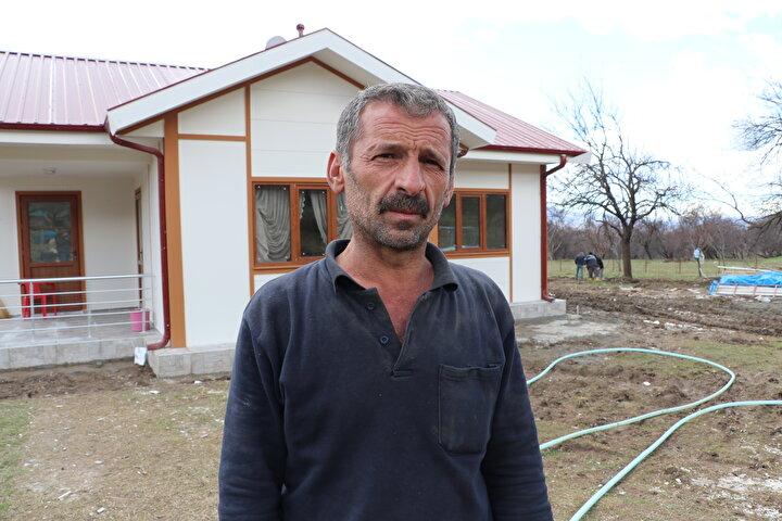 Depremde evi yıkılan ve talebi üzerine arazisine örnek ev kurulan Ramazan Ernek, AA muhabirine yaptığı açıklamada, evin çok güzel olduğunu, yeni evlerinde oturmak için sabırsızlandığını söyledi.