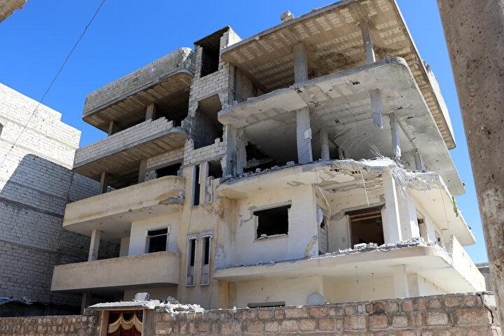 Bombardımanın kesilmesiyle DHA ekibi ve bölgede bulunan basın mensupları ve siviller güvenli bölgeye geçti.