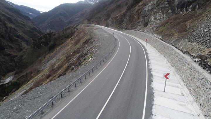 Baraj yapılırken ilk etapta Dereyolu olarak da bilinen Topçam Barajı Ulaşım Yolları Projesi ile proje değiştirilerek devamında Karadeniz-Akdeniz Otoyol Yol Projesi ile sürdürüldü.145 yıllık rüya olan Karadeniz- Akdeniz Yolunun ihalesi 2008 yılında yapıldı.
