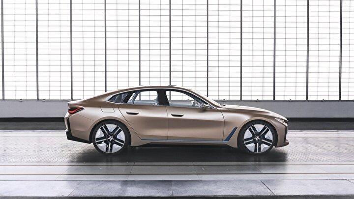 Volkswagen'in geçtiğimiz yıl yaptığı değişikliğin ardından bu sefer de BMW radikal karar alarak logo değişikliğine gitti. Şeffaf ve iki boyutlu olarak tasarlanan yeni BMW logosu ilk olarak Concept i4 modeline takıldı.
