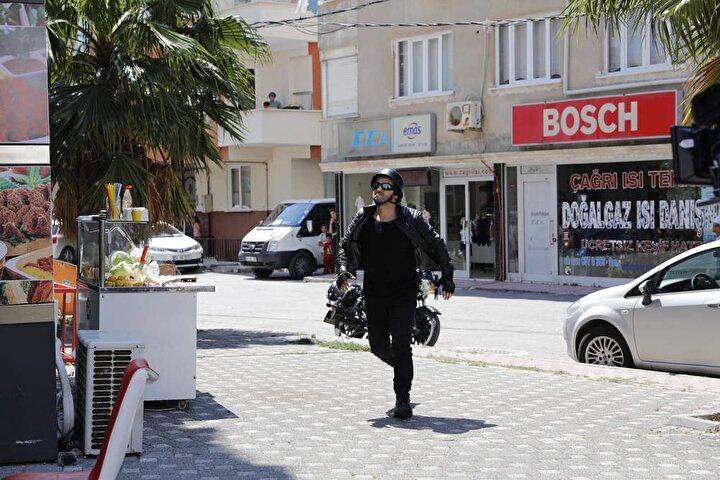 Nuri Yıldızın yönetmenliğini üstlendiği filmde İsmail Baki Tuncere başrolde Fırat Sobutay, Zerrin Sümer, Metin Yıldız, Barbaros Dikmen ve Murat Özsoy eşlik ediyor.