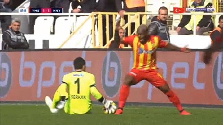 Konuk takım da kaleci Serkan Kırıntılı, ceza sahası dışında topa kasti şekilde elle dokunarak kırmızı kart gördü. Tecrübeli eldiven, 26. haftada oynanacak Fenerbahçe maçında takımını yalnız bırakacak.