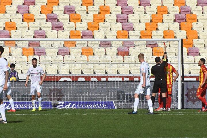 Ev sahibi ekipte savunma oyuncusu Issam Chebake, bariz gol şansını engellediği gerekçesiyle kırmızı kart gördü. Chebake, Trabzonspor ile hafta içinde oynanacak erteleme maçında forma giyemeyecek.