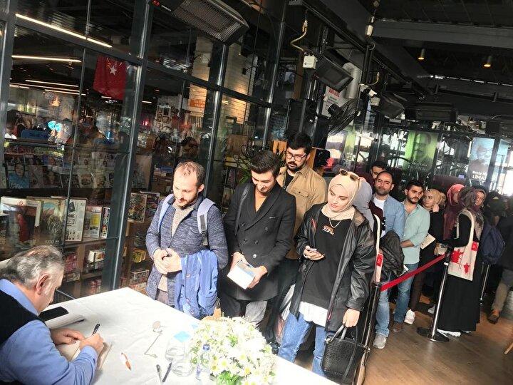 Söyleşi ve imza programına yoğun katılım vardı. Katılımcıların büyük çoğunluğunu gençlerin oluşturması dikkat çekti.