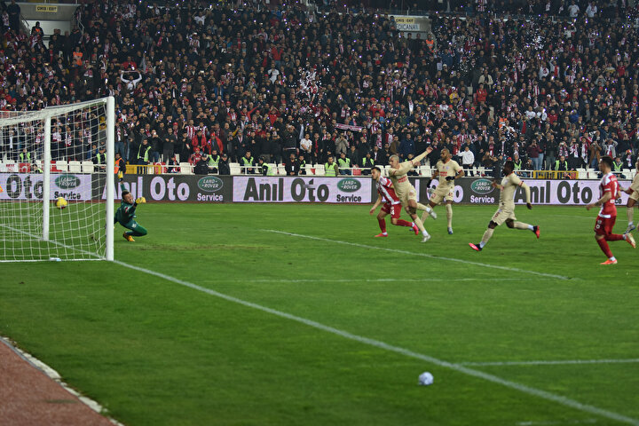 Emre Kılınç, penaltı atışında ilk olarak Musleraya takılsa da devamında takımına eşitliği getiren golü attı.