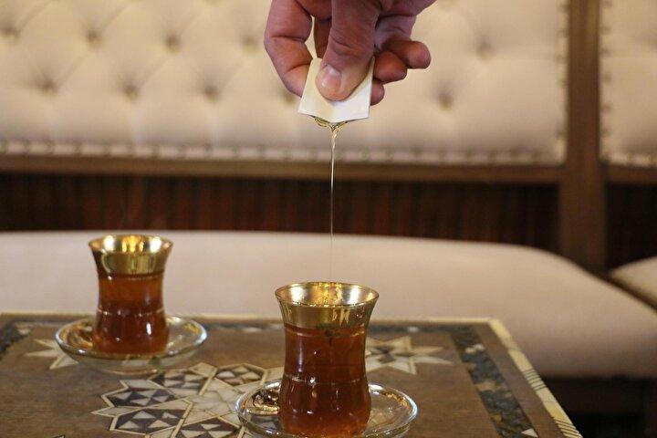Sultan çayını içenlerin metabolizma ve bağışıklık sistemini güçlendirmeye iyi geldiğini söylediğini anlatan İşanlar, Sultan çayının yapımı noktasında büyüklerimizden ne gördüysek aynı şekilde burada sürdürüyoruz. Müşterilerimiz bu çayı içince huzur bulduğunu, rahatladığını söylüyor. Tabi sırf Manisadan değil il dışından gelenler de çok. Geçmişte Bülent Arınç, Süleyman Demirel, Tansu Çiller, Binali Yıldırım, bazı bakanlarımız da olmak üzere çok sayıda devlet büyüğümüzü burada ağırlayarak bu çaydan ikram edip, içmelerine vesile olduk dedi.