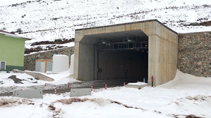 170 milyon liraya mal olan projeyle Salmankaş Geçidine 4 bin 30ar metrelik çift tüp tünel ile viyadük ve bağlantı yolları yapıldı. Trabzonun Araklı ilçesi ile Bayburt arasında yeni ve güvenli ulaşım koridoru oluşturan projenin tamamlanmasıyla 60 yıllık hayal gerçek oldu, 3 saatlik yol mesafesi de yarıya indi.