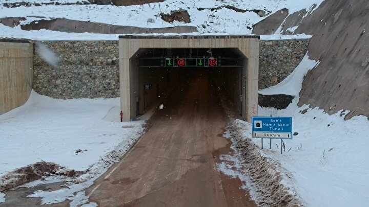 Tünelin giriş noktasındaki Çatıksu köyünde ise projenin tamamlanmasının sevinci yaşanıyor. Muhtar Numan Şahin, tünel sayesinde zamandan ve paradan tasarruf ettiklerini belirterek, Bu tünel sayesinde Bayburt- Trabzon yolu kısalmış oldu. Yöre halkı için muazzam bir gelişme. Çünkü tünel yapılmadan önce bu yolu kullanmak mümkün değildi. Şimdi Bayburttan sahile varmak 50 dakika sürecek diye konuştu.