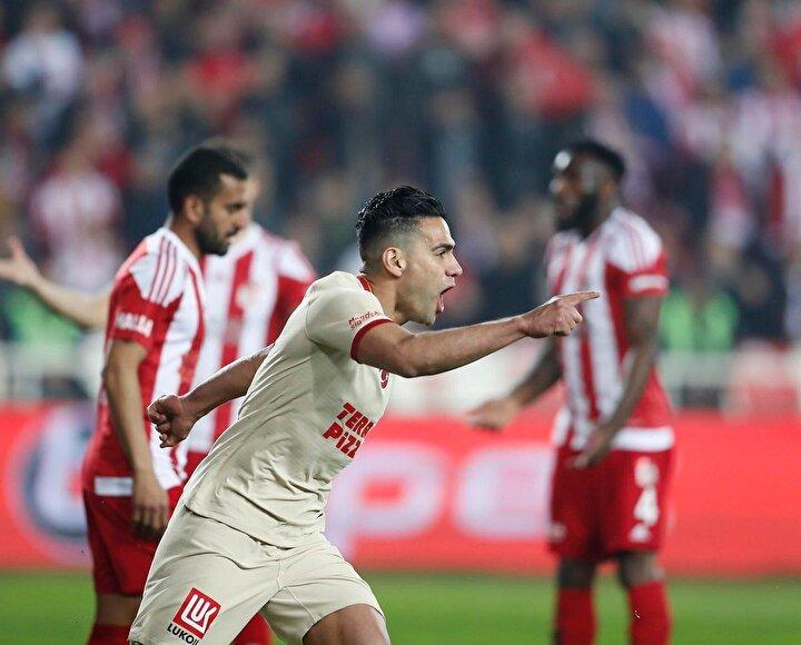 Galatasaray siyah-beyaz kadar farklı bir görüntü çiziyor. Radamel Falcao goller atıyor ama ilk yarıda da bu oyuncular vardı. Yuto Nagatomo, Marcelo Saracchiden daha iyi gibi geliyor bana. Galatasaray ilk yarı 16 haftada 24 puan almış, son 9 haftada 25 puan almış. Hoca aynı, oyuncular aynı, sadece Falcao biraz kımıldamış. Bir de Nagatomo yerine Saracchi, Babel yerine Onyekuru geldi. Galatasarayın ilk yarıda kaybettiği puanlar abartıydı ama bu son 9 haftası da abartı