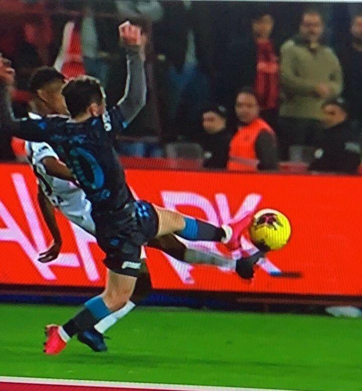 Trabzonsporun sayılmayan golünden önce yüzde 51 faul gibi geldi bana. Pozisyon gri. Fenerbahçe sırasını savdı, şimdi Trabzonspor konuşuyor, sonra başkası konuşacak. Trabzonsporun açıklaması aşırı sert