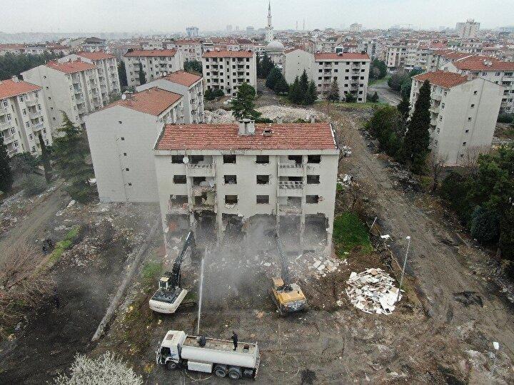 Zeytinburnu'nda Millet Bahçesi yapılacak olan alandaki askeri lojmanların yıkımına başlandı. Yıkımına başlanan askeri lojmanların içerisinde 48 blok, 520 lojmanın yanı sıra, misafirhane, gazino, düğün salonu gibi diğer hizmet binaları bulunuyor.
