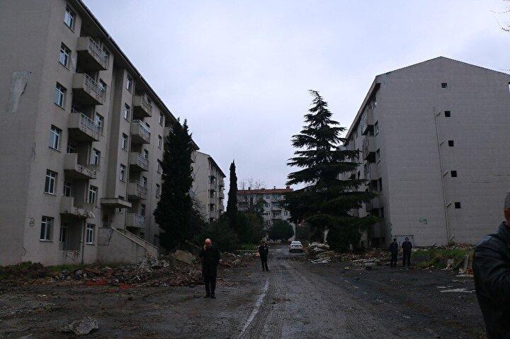 """""""Zeytinburnu için çok güzel ve önemli bir başlangıç için bir aradayız. Süreci 2014 yılında başlayan Zeytinburnu'nun tam kalbinde merkezinde yapılacak olan Millet Bahçesi için askeri lojmanların yıkımını biraz sonra başlatacağız. Burası 48 bina 520 lojmanın bulunduğu misafirhane gazino gibi bir bölge. Burada mevcut bulunan tüm ağaçları koruyarak 3 ay içerisinde etrafta gördüğünüz tüm askeri lojmanları yıkacağız. Yerine 55 bin metrekare büyüklüğünde hem Zeytinburnu'nun hem de bu bölge için önemli bir yeşil alan kazandıracağız. Bildiğiniz üzere Zeytinburnu Millet Bahçesi'nin ihalesi yapıldı. Şu anda sözleşme süreçleri devam ediyor. Burada gördüğünüz tüm ağaçların rölövesi işlendiğinde yıkımı bu ağaçlar korunarak gerçekleştirilecek. O bakımdan yıkımı normalden biraz daha uzun sürecek. En geç 3 ay içerisinde yıkımın tamamlanmasını öngörüyoruz. Çevre ve Şehircilik Bakanlığı Toplu Konut İdaresi bakımından ihalesi yapılan millet bahçesi inşaatına başlatacağız. Zeytinburnu'nun kalbinde yeni bir yeşil alan kazanacağız."""""""