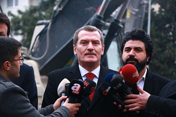 """""""Tüm ağaçları koruyarak 3 ay içerisinde etrafta gördüğünüz tüm askeri lojmanları yıkacağız""""48 bina 520 lojmanın yıkımında basın mensuplarına açıklamalarda bulunan Zeytinburnu Belediye Başkanı Ömer Arısoy, şu şekilde açıklamada bulundu:"""