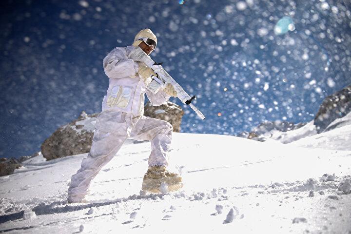 İglularda kalan, dondurucu soğukta sarp ve dağlık arazilerde teçhizatlarıyla bir metreyi bulan karda yürüyen komandolar, kurs boyunca öğrendikleri ileri kayakçılık, kar araçları kullanma, derin kar ve şiddetli soğukta çeşitli silahlarla atış, soğuk hava koşullarına göre oryantasyon ve muharebe planlanması, kurtarma ve kaçırma, esirgeme harekatı, derin karda kayaklı ve hedikli intikal, derin kar ve güç koşullarda hayatı idame ve barınma, kış dağcılığı, çığdan korunma ve sakınma, çığda arama kurtarma, ilk yardım ve sıhhi tahliye konularında eğitim aldı.