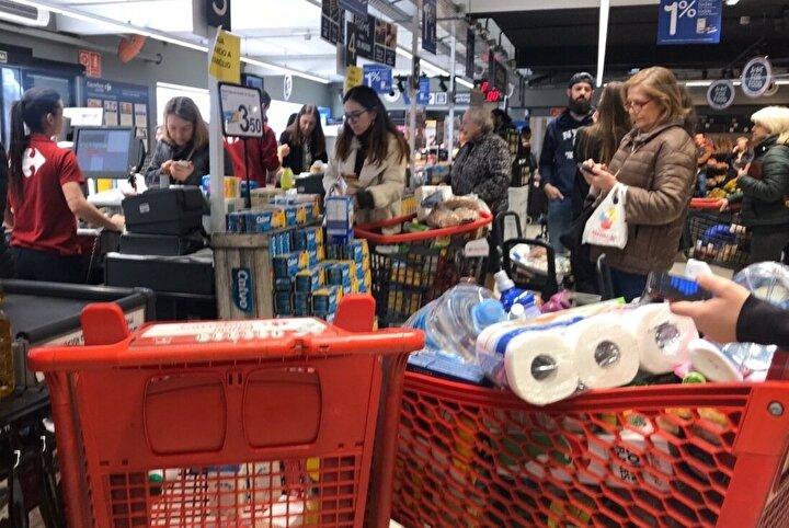 İtalyanın ardından Avrupada en çok etkilediği ülkelerden İspanyada halk, hükümetin sakin olun çağrılarına rağmen panikle süpermarketlere akın etmeye başladı.