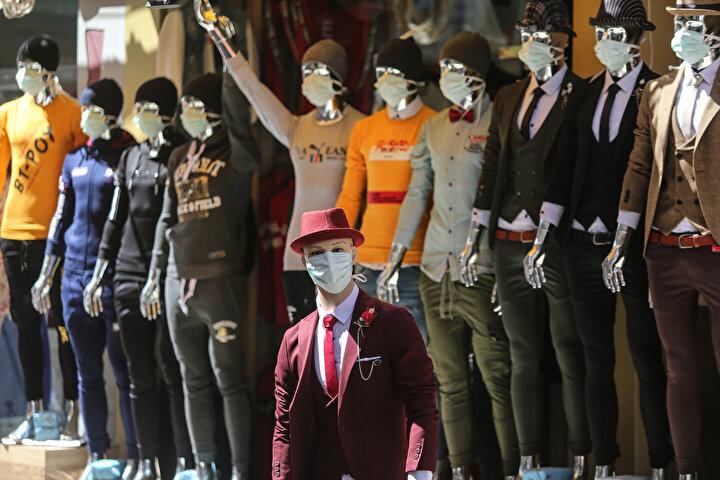 Gazzedekoronavirüse karşı esnaf mankenlere maske taktı.