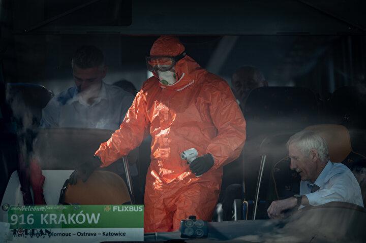 Polonyanın Gorzyczki kentinde polis ve itfaiye ekipleri tarafından, yeni tipkoronavirüs(Kovid-19) salgını nedeniyle Çekya sınırından gelen otobüslerdeki yolcuların ateşleri ölçülerek sağlık kontrolü yapıldı.