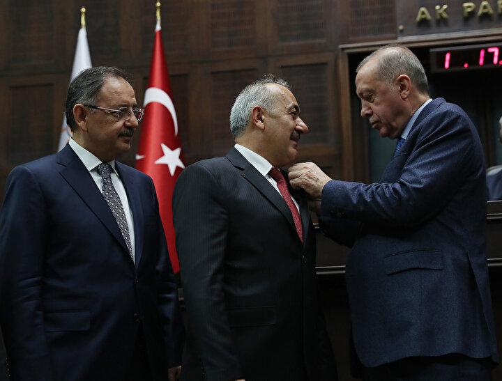 Erdoğan, AK Partiye belediye başkanlarına rozetlerini tek tek taktı.
