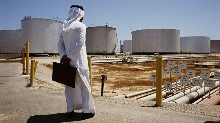 Dünyanın en büyük ham petrol ihracatçısı olan Suudi Arabistanın milli petrol şirketi Saudi Aramconun hisseleri de yüzde 10 düştü.