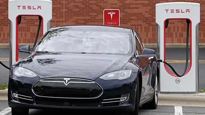 Son yıllarda piyasa değeri hızla büyüyen şirketin hisseleri bu haber sonrası yaklaşık yüzde 14lük bir düşüş yaşadı. Tesla hissesi 95 dolar değer kaybederek 608 dolara kadar geriledi.