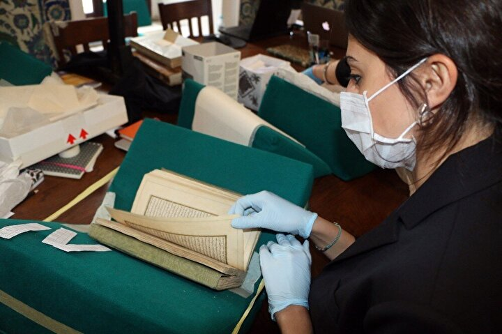 Çoğunluğu dini konulardaki yazma eserlerin, 95'i Mushaf-ı Şerif'ti. Ayrıca eserler şu anda Topkapı Sarayı Müzesi Kütüphanesi'nde Medine Kitaplığı'nda bulunuyor.