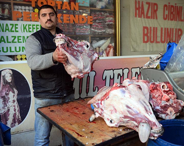 Sakatat türlerinin yoğun olarak tüketildiği Adana'da, kırmızı et fiyatlarının yükselmesinin ardından dana kelle ve pöçün kilogram fiyatı ise 16 TLden 25 TLye yükseldi.