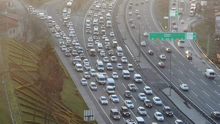 Kaza veya başka bir olumsuzluk olmadığında İstanbul Büyükşehir Belediyesinin (İBB) trafik harikasında genellikle yüzde 50 seviyelerinde seyreden İstanbul trafiği, bu sabah 08.30 sıralarında yüzde 60 seviyesine ulaştı.