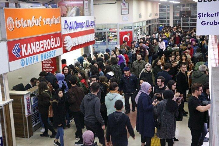 Haberi alan üniversiteli gençler adeta Zonguldak Şehirlararası Otobüs Terminali'ne akın etti. Hazırlıksız yakalanan bazı işletmeciler ek seferler ile öğrencileri ailelerine ulaştırmak için adeta birbirleriyle yarıştı.