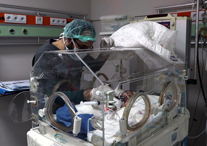 Görevliler, hastanenin maskotu haline gelen parmak bebek Egemeni 3,5 ay süren tedavinin ardından ailesine teslim etti.