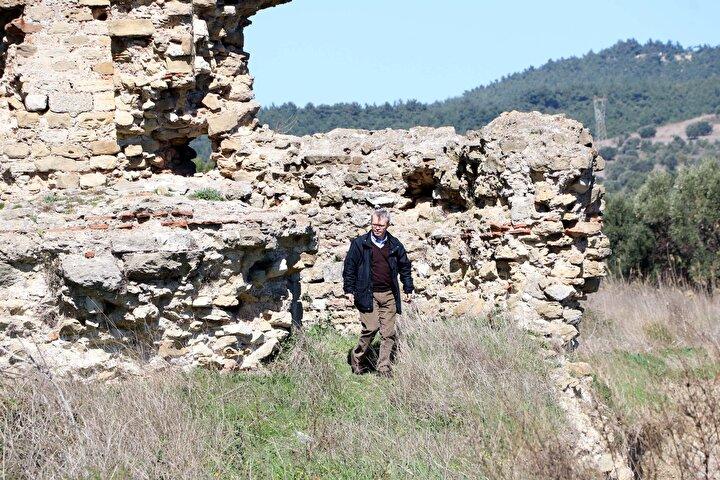 Hiç beklemediğim bir manzara ile karşılaştım. Çukuru gördükten sonra içerisinden bir definecinin çıkacağını açıkçası beklemiyordum. Defineciyi yakalamam aynı zamanda antik yerleşkenin de koruma altına alınmasına vesile oldu. Bu yüzden mutluyum. Benim arkeoloji yüzey araştırması yapmamın sebebi, Çanakkale bölgesinde pek çok antik kent ve höyük bulunmasıyla alakalı. Bunların tespitini yapmaya çalışıyorum. Ardından da bunların koruma altına alınmasına katkı veriyorum. Bu antik kentler daha sonraki yıllarda bilim insanları tarafından kazılarak ortaya çıkarılabilir ve daha fazla bilgiye ulaşılabilir. Bölgede bütün antik yerleşimlerin ille de kazılması gerekmiyor. Bilim dünyasına ışık tutacak antik yerleşimlerde kazı yapılabilir. Ama o kazının yapılacağı zamana kadar da bu alanların tahrip edilmeden korunması gerekiyor. İşte benim yapmak istediğim de tam bu.