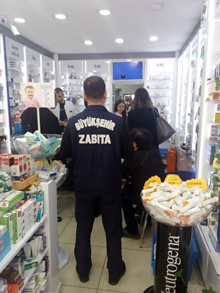 Kocaeli'de koronavirüs nedeni ile vatandaşların maske ve dezenfekte ürünlere olan talebini fırsatçılığa dönüştürenlerin engellenmesi amacıyla ekipler tarafından fiyat etiketi denetimi yapıldı.