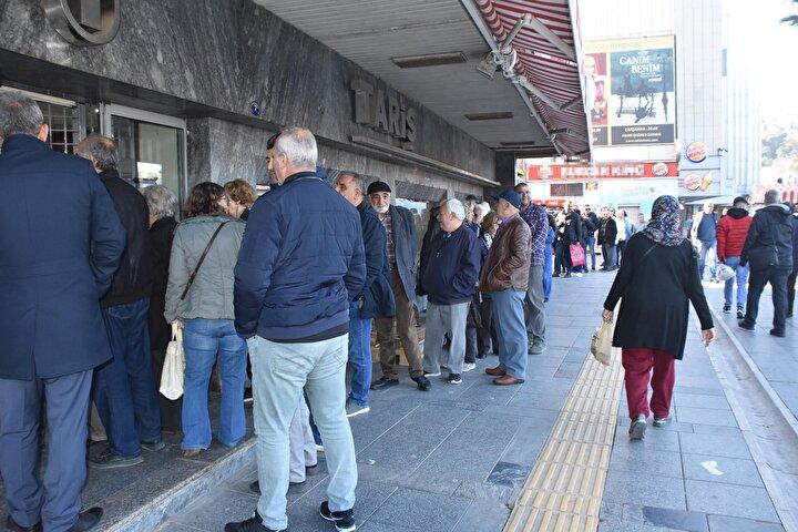 Türkiyede görülen koronavirüs vakasının ardından halk, kolonya ve el dezenfektanları satan iş yerlerine akın etti.