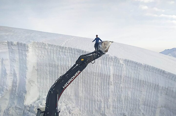 Yüksek rakımlı dağlık alanda yol açmak için 2 iş makinesiyle başlatılan çalışmalarda ekipler, kar kalınlığının 10 metreyi bulduğu bazı bölgelerde çığ tehlikesine karşı kontrollü bir şekilde ilerliyor.