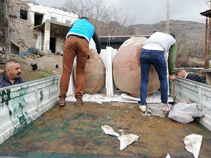 Alınan bilgiye göre, 24 Ocak'ta meydana gelen 6.8'lik depremde Sivrice ilçesine bağlı Yürekkaya köyünde Osman Çavlak'a ait 2 katlı evde ağır hasar gördü.