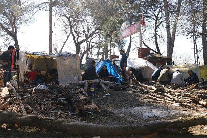 Mültecilere Edirne Valiliğinin koordinasyonunda Göç İdaresi Genel Müdürlüğü ekipleri tarafından 3 öğün yemek ve erzak yardımı yapılıyor.