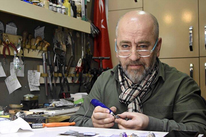 1980 yılında takı tasarımcılığı mesleğine çırak olarak başlayan Servet Küçükdemirel, bir süre sonra kendi tasarımlarını yapmaya başladı.