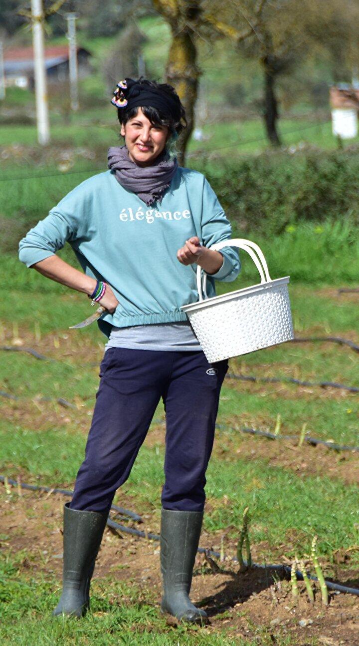 Ortaca ilçesinde 2,5 dönüm bir tarlada deneme çalışması yaptım. Oradaki sonuçlar olumlu olduktan sonra Yeşilçam Mahallesinde komşum olan kadınlar ile birlikte 40 dönümlük arazide organik üretim esaslarına dayanarak sağlıklı, taze ve yerli kuşkonmaz üretimi yapıyoruz. Bu yılki hedefimiz 25 ton kuşkonmaz hasadı yapmak.
