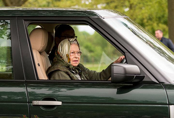 Kraliçe, hükümetin Cobra adlı acil durum toplantısından sonra Buckingham Sarayı'nı terk etti.