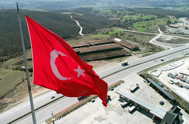 Temeline 400 ton beton dökülen 730 metre rakımdaki Türk Bayrağının ağırlığı ise 450 kilo.