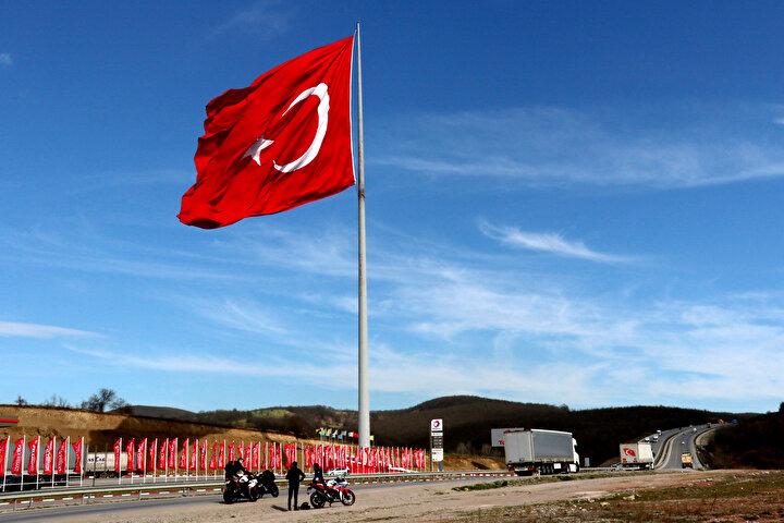 Samsun-Ankara Karayolu üzerinde bulunan bayrağı görenler ise araçlarını durdurup fotoğraf çekip, selfie yapıyor.