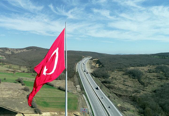 Türk Bayrağının yer aldığı 116 metre yüksekliğindeki direk ise 92 ton ağırlığa sahip.