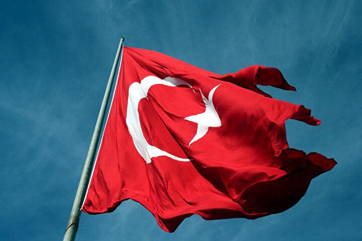 Türk Bayrağının alt kısmında ise ay yıldız şeklinde bir de mescit bulunuyor.