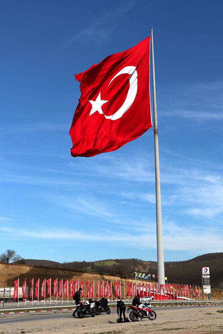 2 bin metrekarelik alana sahip bayrağımız, Türkiyede dalgalanan en büyük Türk bayrağı. Dünyada ise dalgalanan en büyük ikinci bayrak. Bu bizim için büyük bir gurur. Samsun-Anakara karayolu üzerinde seyahat eden araçların sürücüleri bayrağı gördüklerinde durup mutlaka fotoğraf çektiriyorlar. Ayrıca bayrağı görebilmek ve fotoğraf çektirmek için buraya gelenler oluyor. Bu da bizi onurlandırıyor.