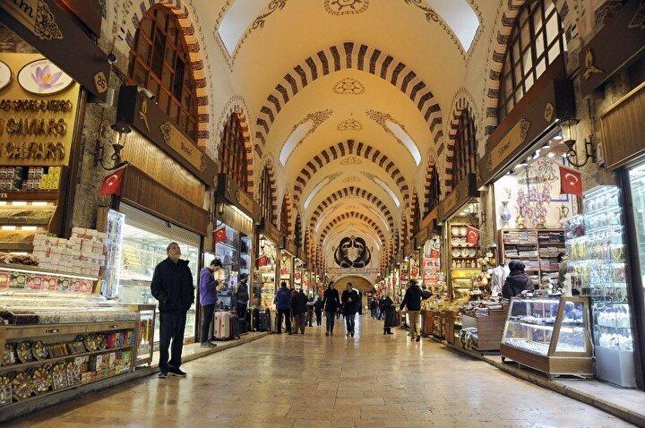 İstanbul'da yerli ve yabancı turistlerce en çok ziyaret edilen, ticaretin de en yoğun olduğu merkezlerin başında gelen Tarihi Yarımada, koronavirüs salgını nedeniyle en sakin günlerini yaşıyor.