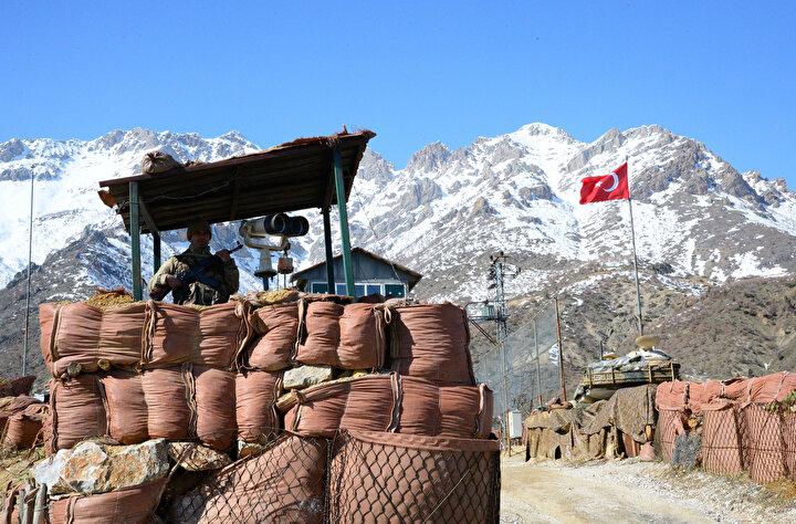 Bölgenin zorlu şartlarına rağmen elleri tetikte 7 gün 24 saat görev yapan güvenlik güçleri ve korucular, bölgenin teröristlerden temizlenmesi için kahramanca mücadele veriyor.