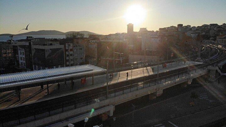 Korona virüs nedeniyle boşalan Marmaray istasyonu havadan görüntülendi.