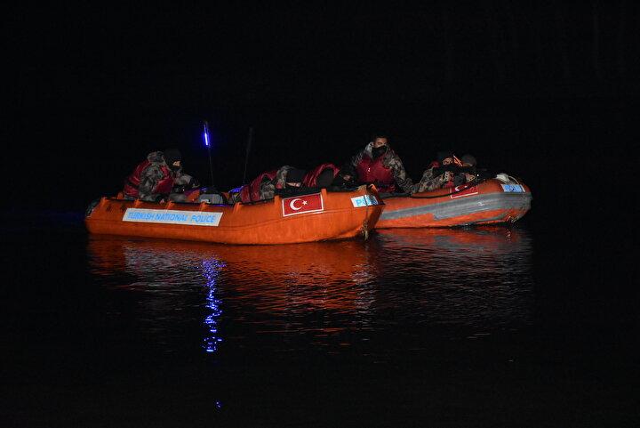 Açıklamada, 27 Şubat 2020 tarihinden bugüne kadar, Edirne il sınırlarından Yunanistana; 4üncü Mekanize Piyade Tugay Komutanlığı mıntıkasından 55 bin 904 ve 54üncü Mekanize Piyade Tugay Komutanlığı mıntıkasından da 91 bin 228 olmak üzere, toplam 147 bin 132 düzensiz göçmen geçiş yapmış olup, geçişler halen devam etmektedir ifadeleri kullanıldı.