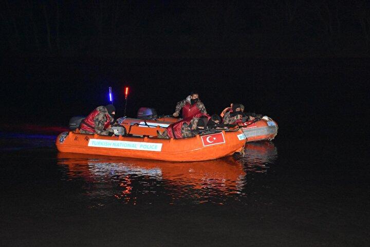 Kameralarda Yunan polisinin Meriç Nehrinden botlarla geri göndermeye çalıştığı göçmenler, Türk Özel Harekat polislerinin bölgeye hareket etmesiyle engellendi.