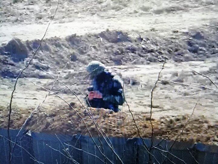 Yunanistan sınır kapısından geçişlere izin vermezken, göçmenler Meriç Nehrinin lastik botlarla aşıp, karşı tarafa geçiyor.